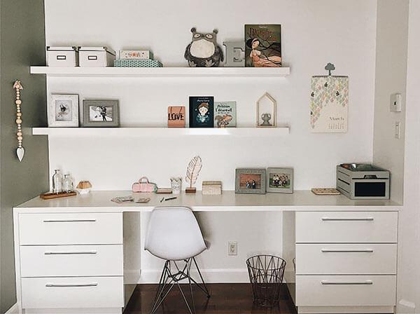 Espace de travail bureau chambre de fille blanc livres et tablettes garnies d'accessoires romantiques