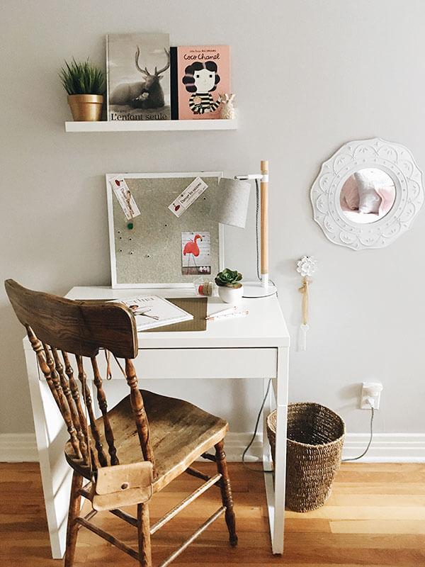 Miroir vintage et coin bureau en blanc et bois