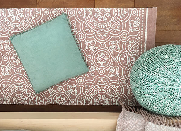 Tapis beige et coussins turquoises détail déco chambre de fille