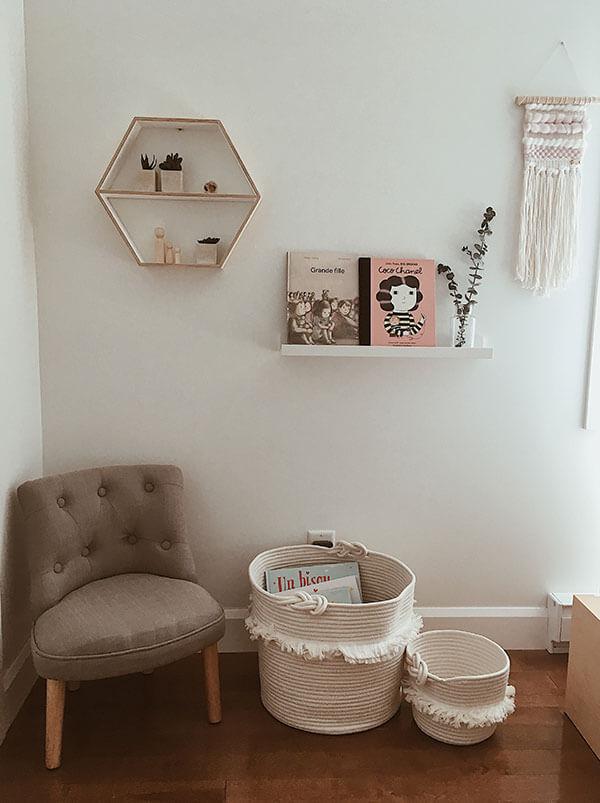 Coin sobre et naturel chambre de fille par plume pompon