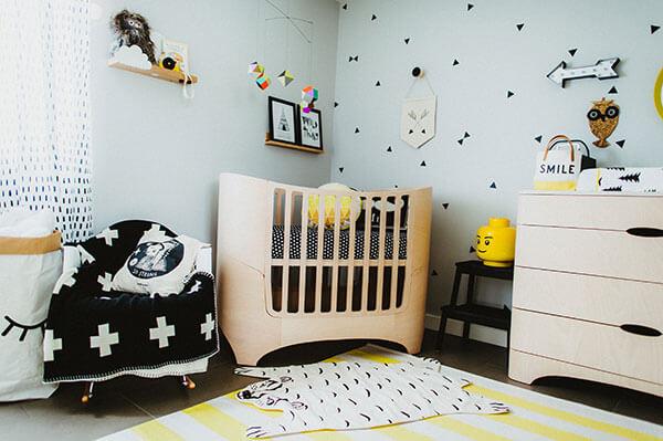 Jaune, bois et bleu lit de bébé déco de chambre scandinave