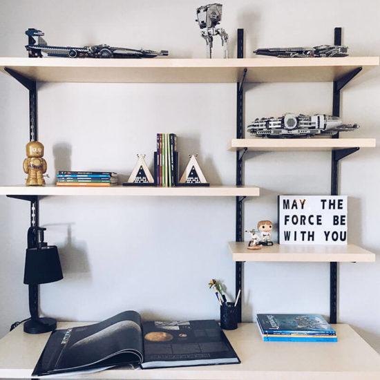 tablettes et bureau sous le thème de star wars chambre de garçon