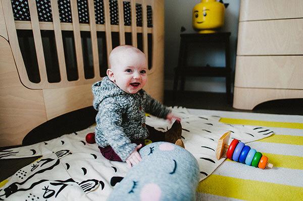 Chambre de bébé joyeux lumineux et créatif déco plume pompon