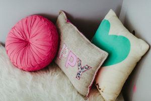 Trois coussins féminins rose turquoise sélection de plume pompon