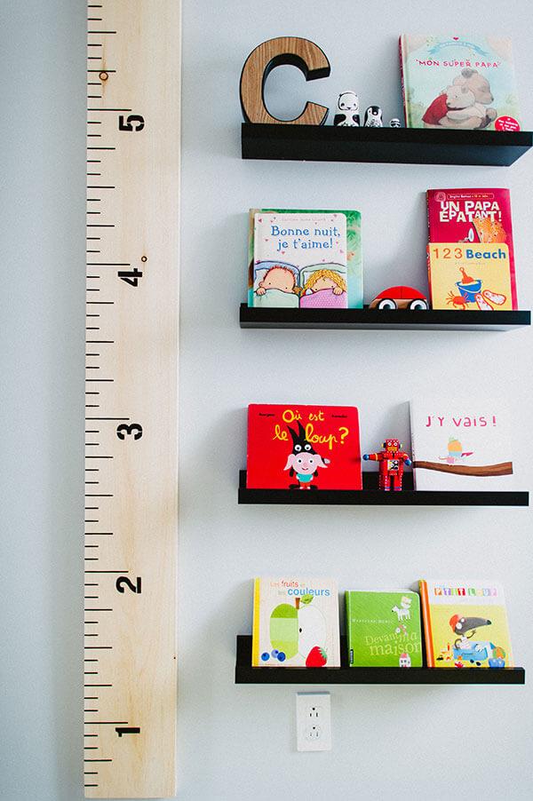 Dans la chambre de tout-petit échelle de croissance et livres