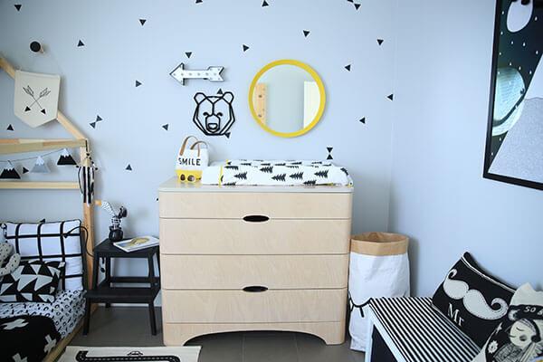 Plume pompon design chambre tout petit commode en bois et table à langer