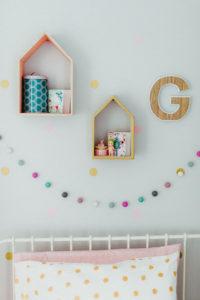 maisonnettes et lettre avec accessoires guirlande pompons chambre de fille