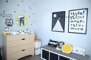 Chambre tout-petit décorée avec style scandinave banc commode coussins