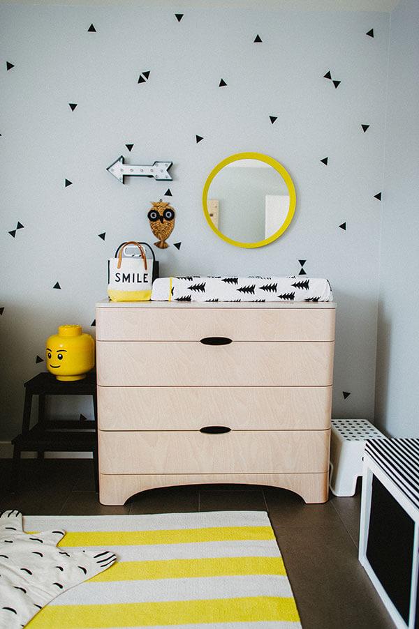 Jaune et noir pour une chambre de bébé table à langer graphique