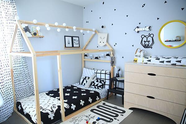 Lit en bois maisonnette guirlande de lumières noir et blanc