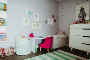 Coin bureau chambre de fille fauteuil rose tapis vert