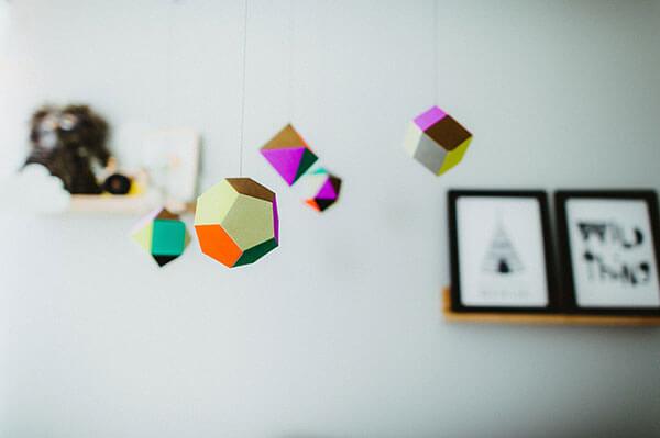 Chambre de bébé mobile détail de couleurs