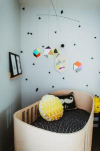 Mobile multicolore suspendus au-dessus du lit de bébé plume pompon