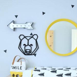 Chambre de bébé garçon au décor scandinave flèche miroir jaune et tete d'ours