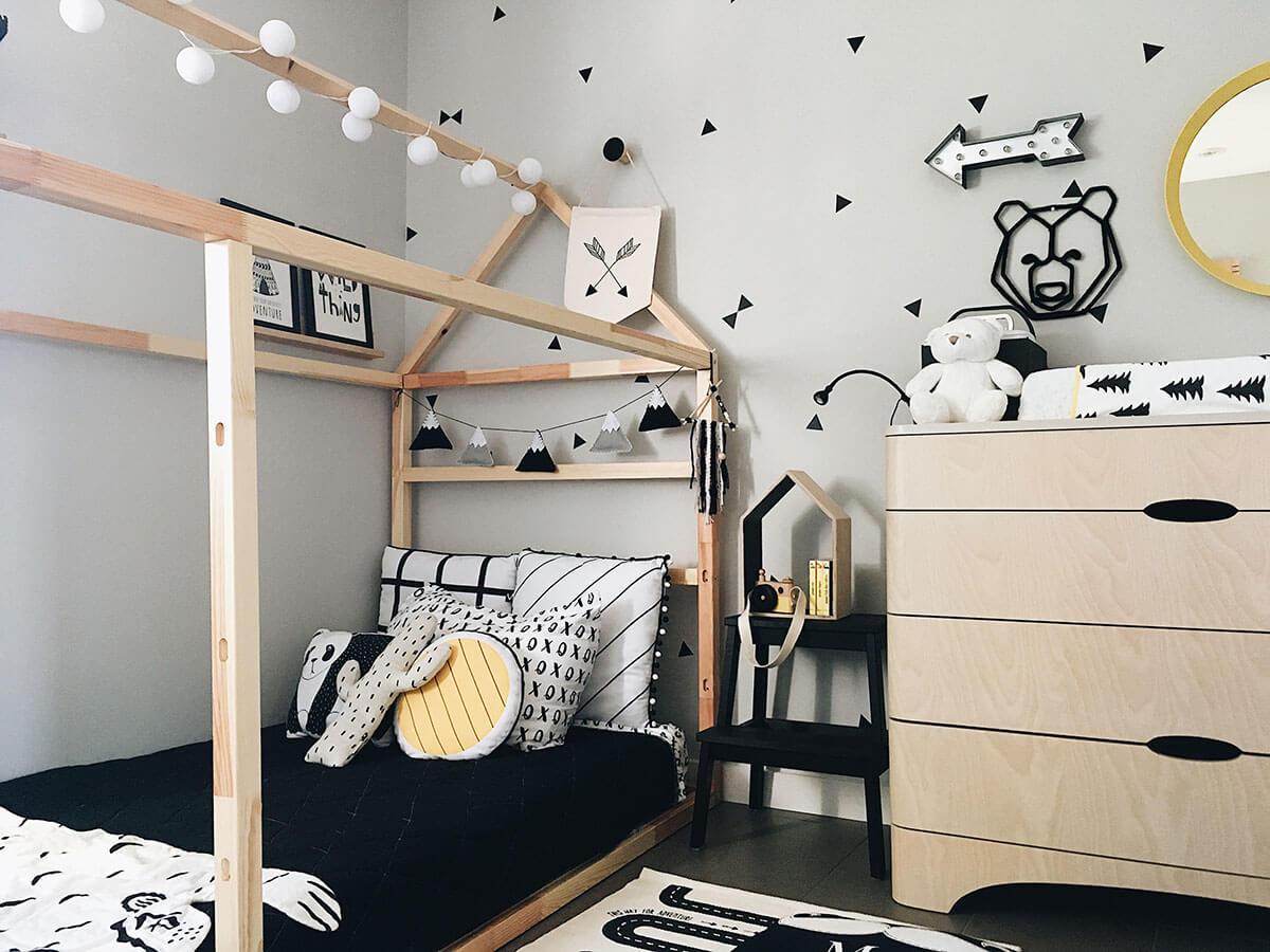 Lit en bois dans une chambre de garçon jaune bois et noir