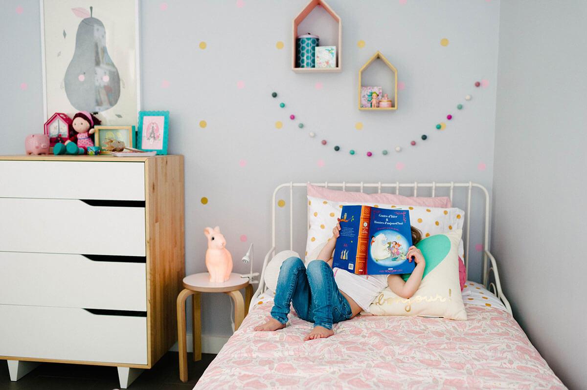 Une chambre de fille qui lit un livre