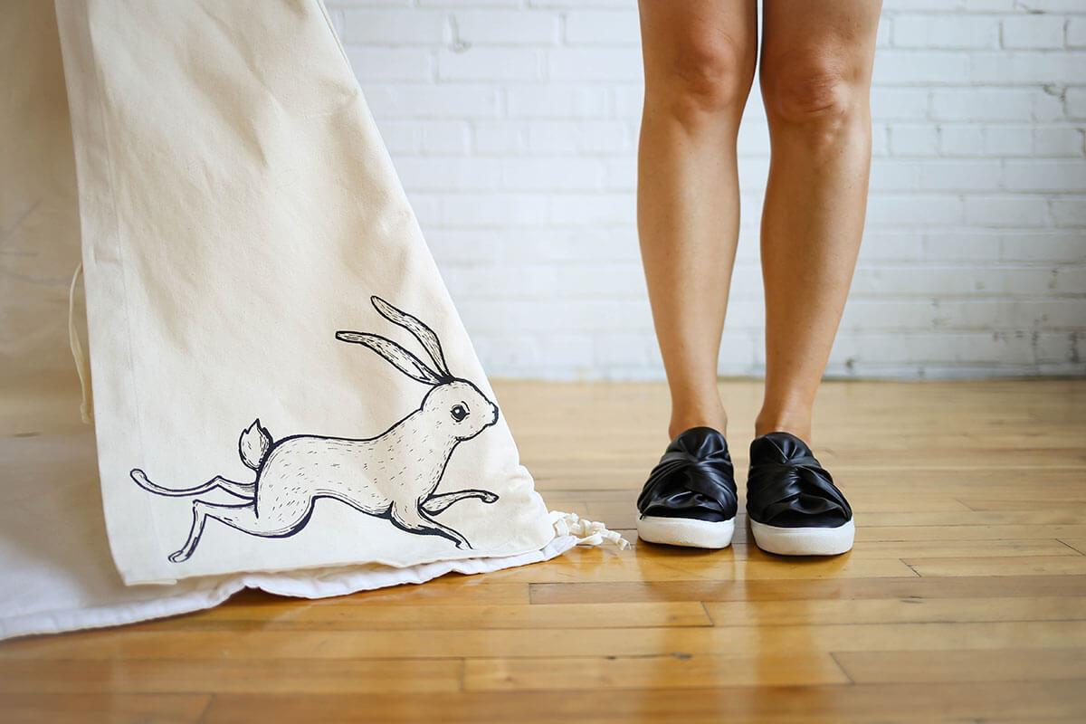 Chaussures noires et coin de tipi avec une illustration de lapin